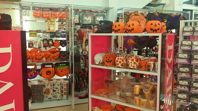 160917_halloween display at daiso